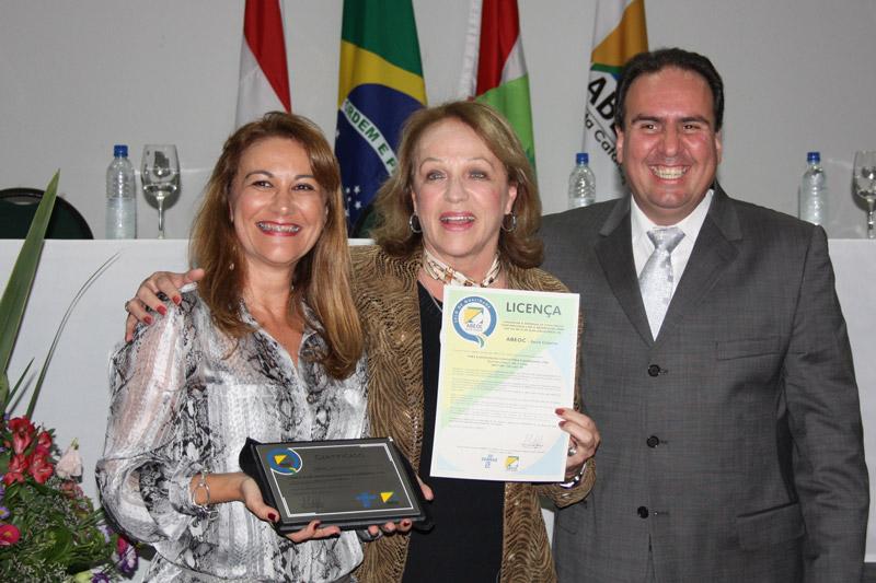Adriane Webber, Anita Pires e Marco Floriani na entrega do Selo ABEOC de Qualidade